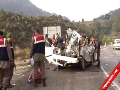 Antalya-Isparta Yolunda Tıra Çarpan Minibüs Paramparça Oldu; 2 Ölü, 6 Yaralı