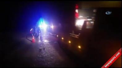 Seyir halindeki araç duran kamyona çarptı: 3 ölü, 1 yaralı