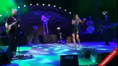 Şarkıcı Sıla'nın içinde bulunduğu cip yan yattı