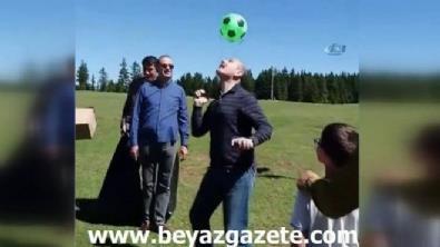 İçişleri Bakanı Süleyman Soylu Trabzon'da kafasında top sektirerek stres attı