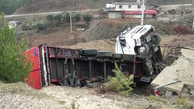 Tır metruk binanın üzerine devrildi: 1 yaralı - KAHRAMANMARAŞ