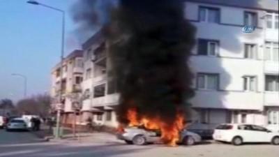Park halindeki araç alev alev böyle yandı
