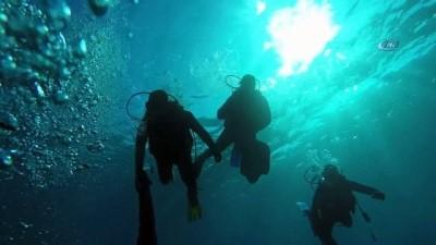 Yalıçiftlik'te deniz dibi temizliği sualtı kamerasında