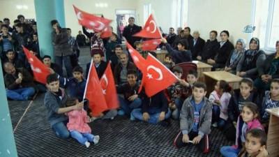 Askere gözyaşı döken dedelere Türk bayrağı