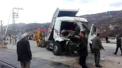 Kamyon ile tren çarpıştı: 1 yaralı