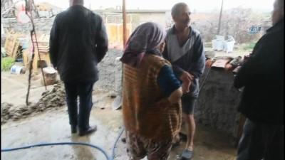 Ezine'de sel felaketi...Evleri su bastı, hayvanlar telef oldu