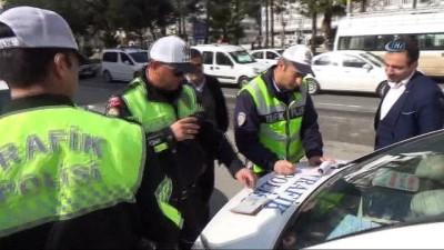 Kırmızı ışıktan geçen sürücü trafik cezasına sevindi