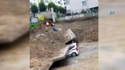 Bursa'da facia teğet geçti... Yağmur nedeniyle istinat duvarı çöktü otomobil altında kaldı