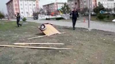 Şiddetli rüzgar çatıları söktü attı
