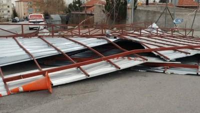 Şiddetli rüzgar elektrik direğini kırdı, çatıyı uçurdu