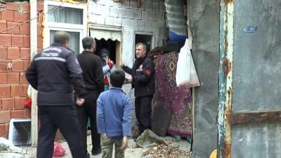 Erzurum'da şiddetli rüzgar...Çatılar uçtu, ağaçlar yolu kapattı, araçlar hasar gördü