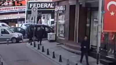 Ölümden saniyelerle kurtuluş kamerada...Binadan düşen mermer parçaları bir adım gerisine düştü