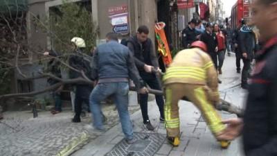 İtfaiye ekipleri, intihar girişiminde bulunan şahıs için ağacı keserek önlem aldı