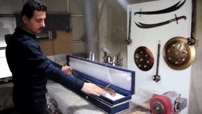Diziden etkilenerek ürettiği kılıçlara tasarım tescil belgesi aldı - SAMSUN