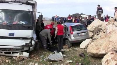 Kamyon ile otomobil çarpıştı: 2 ölü - BALIKESİR