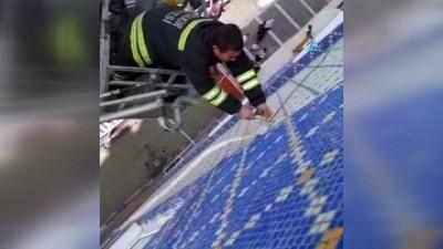 Kabloya takılan serçeyi itfaiye kurtardı