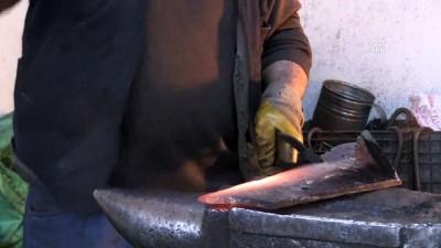 Sıcak demir dövme ustası 55 yıldır demire şekil veriyor - KARS