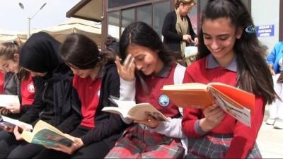 Sahilde toplanan öğrenciler dalgalar eşliğinde kitap okudu