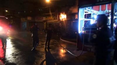 Bursa'da yangın... İş yeri sahibi haberi alınca evinden çıplak ayakla koşarak geldi