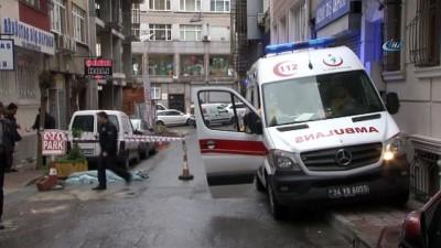 Fatih'te 4'üncü kattan atlayan kişi hayatını kaybetti