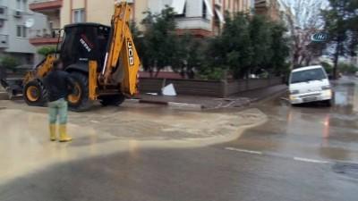 Antalya'da aşırı yağış sonrası yollarda göçük oluştu, araçlar mahsur kaldı