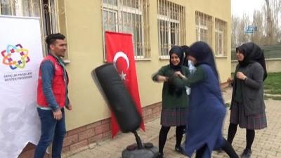 Öğrenciler 'Mobil gençlik merkezi' ile eğleniyor