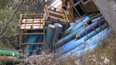Oksijen tüpü yüklü kamyon devrildi