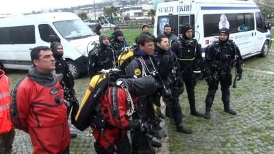 Polis aracının dereye devrilmesi sonucu kaybolan polisi denizde dalgıçlarla arama çalışmaları bu sabah başladı