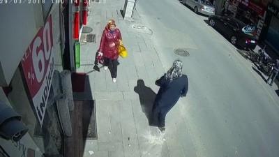 Saniyelerle kurtuluş kamerada... Kaldırımda yürüyen kadın, yüksekten düşen cisimden bir adımla kurtuldu