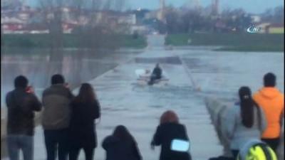 Taşkının en eğlenceli hali...Sular altında kalan tarihi köprüde tekne turu