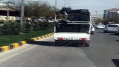 Sebze meyve kasası dolu kamyonetin metal korkuluğunda tehlikeli yolculuk