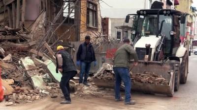 Metruk binanın bir bölümü yola yıkıldı - EDİRNE