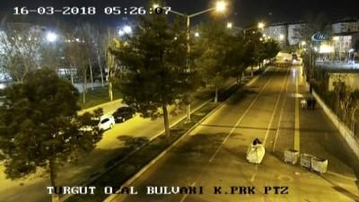 İnsan Hakları Bildirgesi Beyannamesi levhalarını çalan hırsızlar kamerada
