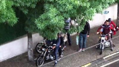 Aniden bastıran sağanak motosikletlileri vurdu