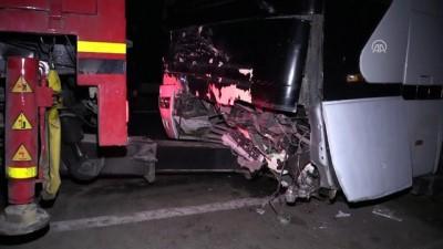 Hafif ticari araç otobüsle çarpıştı: 5 ölü, 1 yaralı - İZMİR