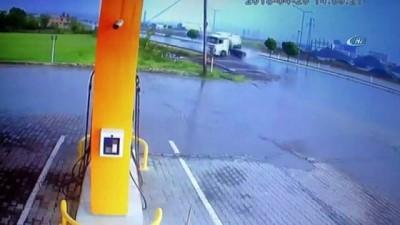 Kontrolden çıkan beton mikseri kayarak petrol istasyonuna girdi... O anlar kamerada