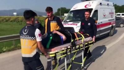 Otomobil bariyerlere çarptı: 3 yaralı - DÜZCE