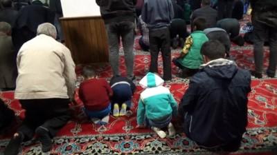 Berat Kandili'nde camiler doldu taştı