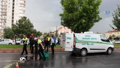 Yolun karşına geçmeye çalışan anne ve oğluna otomobil çarptı: Anne öldü