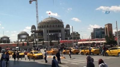Taksim Camii'ne Türk Bayrağı asıldı
