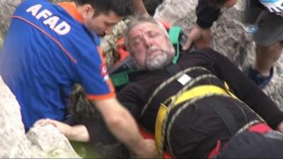 Kayalıklarda mahsur kalan balıkçının imdadına ekipler yetişti