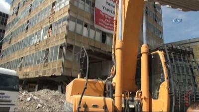 Ulus Meydanı'ndaki Gümrük Müsteşarlığı binası yıkılıyor
