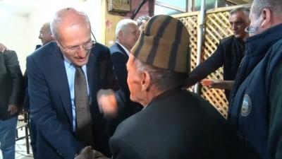 Çaylar Başkan'dan... AK Partili Belediye Başkanı Zekai Kafaoğlu eliyle çay servisi yaptı