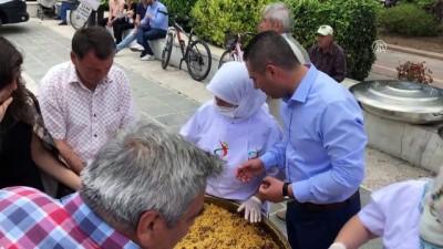 AK Parti Çanakkale teşkilatı vatandaşa pilav ikram etti - ÇANAKKALE