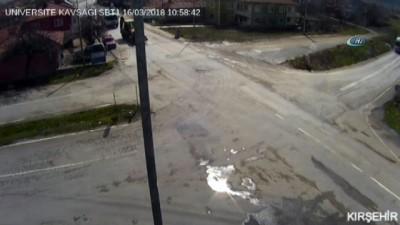 Yola kontrolsüz çıkan araca iş makinesi çarptı... O anlar kamerada
