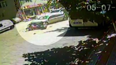Otomobil ve motosiklet kafa kafaya çarpıştı... Trafik kazası güvenlik kamerasında
