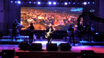 Fettah Can, şarkılarını Akşehirliler ile birlikte söyledi