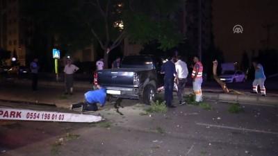 Pikap refüjdeki ağaçlara çarptı: 1 yaralı - ADANA
