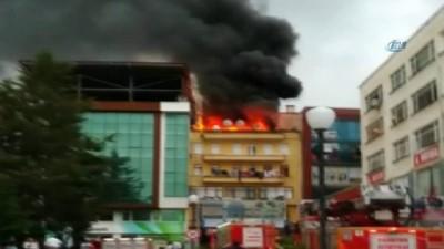 Binanın çatı katında çıkan yangın paniğe neden oldu