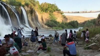 Sıcaktan bunalanlar Muradiye Şelalesi'nde serinliyor - VAN